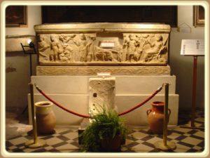 Cette image a un attribut alt vide; le nom du fichier est sarcophage-de-la-gayolle-300x225.jpg